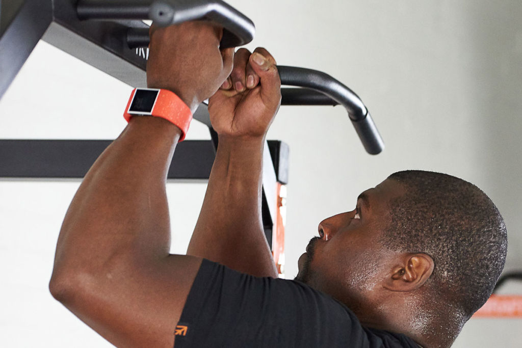 mirafit fitness expert does a pull up