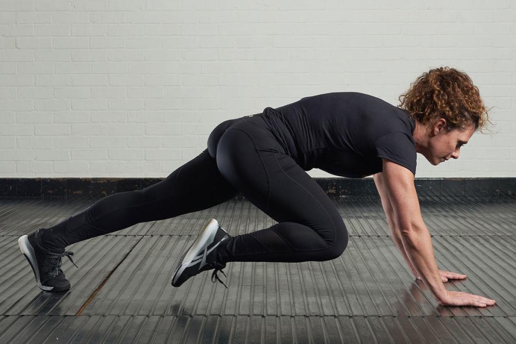 Crossfit athlete sheena valentia performing mountain climbers exercise